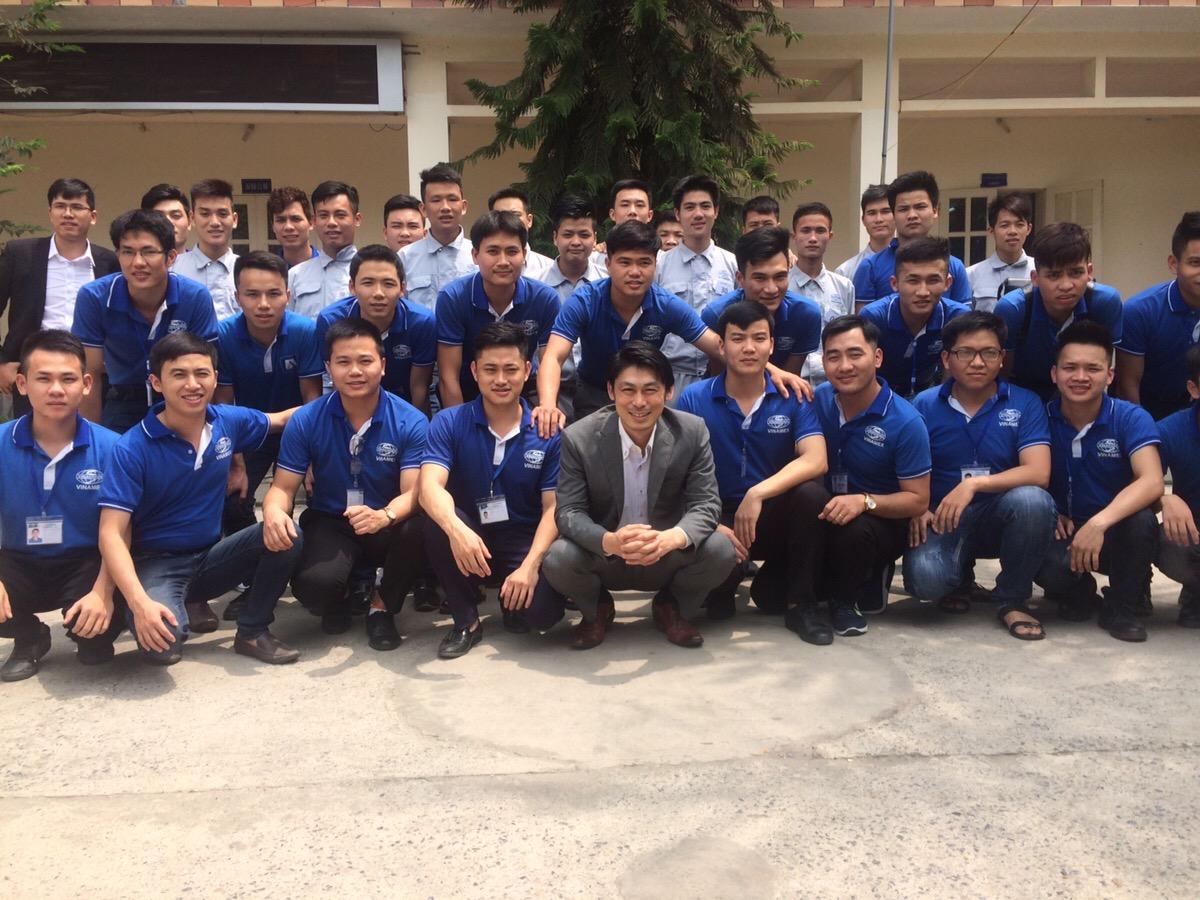 代表の真野と、ベトナム現地の日本語を学ぶ生徒たち