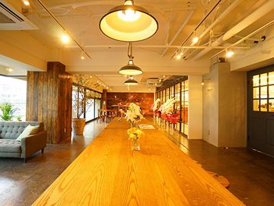 オープンスペースとガラス張りで繋がるオフィス